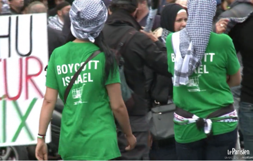 Boycott Israel female protesters outside french synagogue 7-13-2014