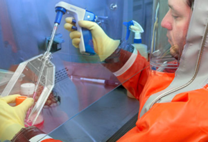 https://www.cdc.gov/smallpox/images/laboratorian.jpg